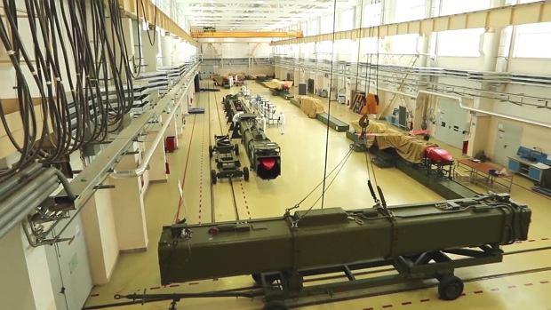 Kadr z filmu rosyjskiego ministerstwa obrony mający przedstawiać produkcję atomowych rakiet Burewiestnik