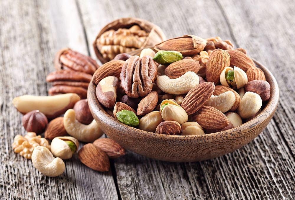 Orzechy mają wiele cennych właściwości odżywczych. Wśród ich największych zalet wymienia się bogactwo nienasyconych kwasów tłuszczowych, zawartość błonnika oraz działającej jako antyoksydant witaminy E, kwasu foliowego, magnezu czy żelaza zapobiegającego anemii.