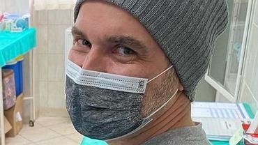 """Tomasz Kammel się zaszczepił. Pokazał zdjęcie i wspomniał o pracownicy """"Pytania na śniadanie"""", która zmarła na COVID"""