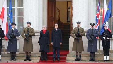 Premier Wielkiej Brytanii Theresa May i premier rządu PiS Mateusz Morawiecki podczas ceremonii powitania. Brytyjska premier przyjechała do warszawy na polsko-brytyjskie konsultacje międzyrządowe. Warszawa, 21 grudnia 2017 r.