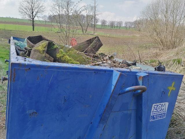 Pan Waldemar Woźniak od kilku lat zbiera śmieci w okolicy Świdnicy.