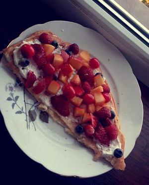 Omlet z serkiem i owocami
