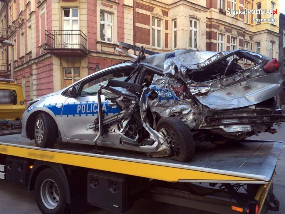 Sosnowiec: Poważny wypadek na S1. Cysterna wjechała w radiowóz, policjanci trafili do szpitala