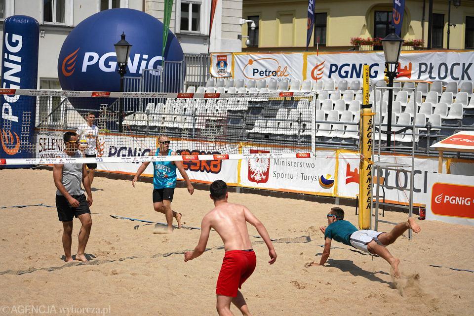 Amatorskie mistrzostwa Płocka w siatkówce plażowej na Starym Rynku