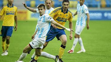 Piłkarze Arki w żółtych koszulkach. Mecz Arka - Stomil 0:1