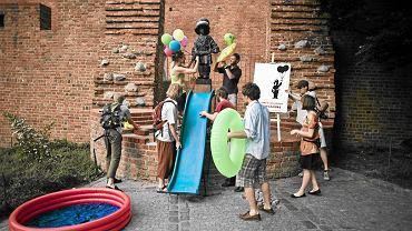 1 czerwca 2011 roku. Mały Powstaniec dostał balony, dmuchanego żółwia i basenik z wodą. Taki happening przygotowała grupa młodych mieszkańców Warszawy. Zrobili to w Dzień Dziecka, by symbolicznie 'przywrócić dzieciństwo' Małemu Powstańcowi
