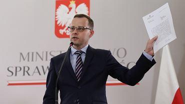 Marcin Romanowski podczas konferencji w ministerstwie sprawiedliwości.
