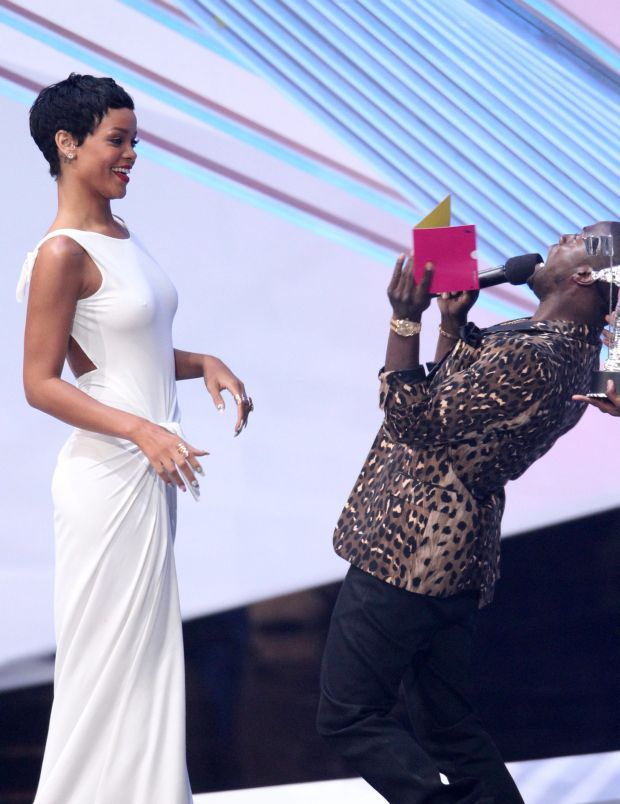 """Kevin Hart, right, presents the award for video of the year to Rihanna for """"We Found Love"""" at the MTV Video Music Awards on Thursday, Sept. 6, 2012, in Los Angeles. (Photo by Matt Sayles/Invision/AP)"""