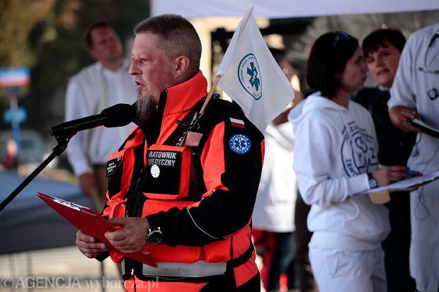 Ile żyć można uratować za 1800 zł na rękę miesięcznie? Ratownicy medyczni oflagowali karetki i rozpoczęli protest