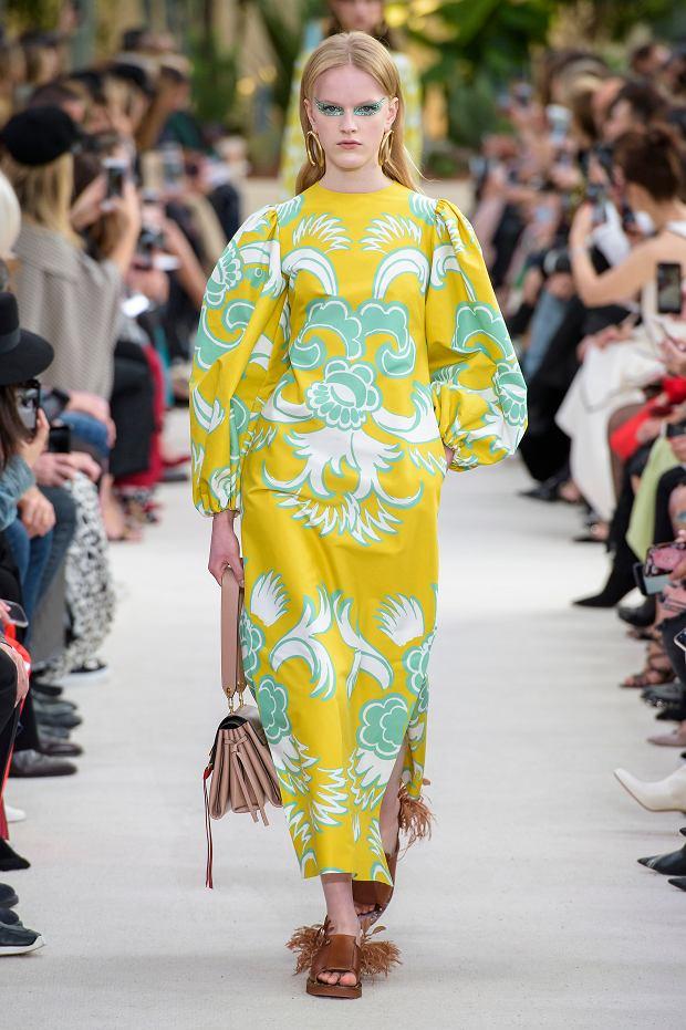 Kolor żółty pięknie komponuje się także z błękitem - sukienka Valentino wiosna-lato 2019