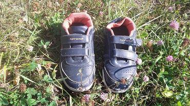 Dziecięce rzeczy znalezione na brzegu jeziora Toczyłowo na Podlasiu.