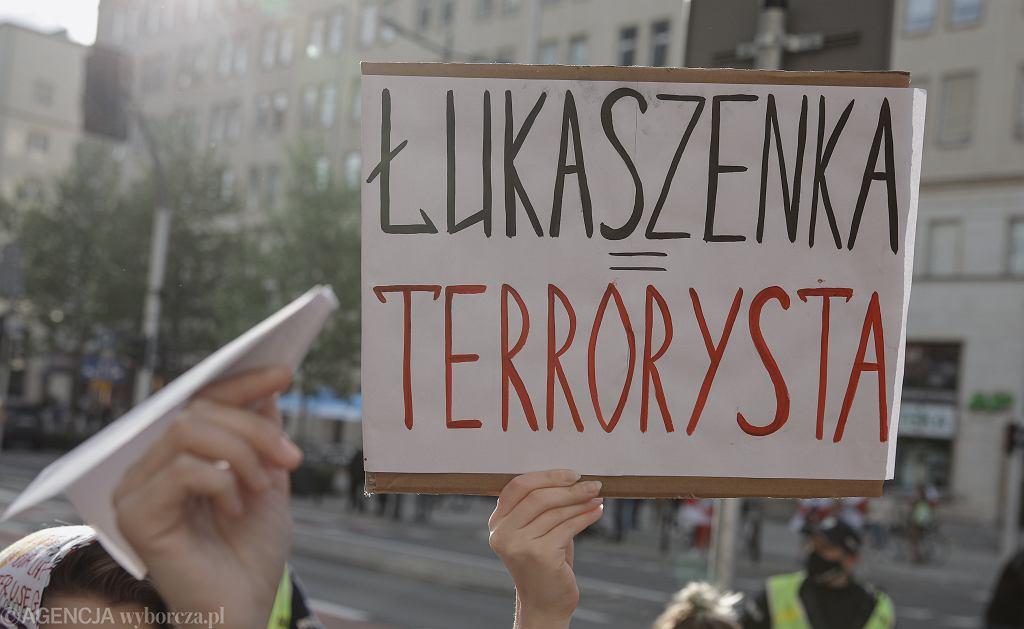 Warszawa. Protest w sprawie zatrzymania na Białorusi Romana Protasiewicza