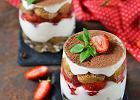 Tiramisu truskawkowe, czyli owocowa wersja popularnego deseru. Jak je zrobić? Podpowiadamy