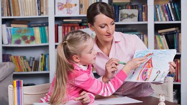 Terapia pedagogiczna obejmuje zajęcia korekcyjno-kompensacyjne i stymulująco-usprawniające, pomoc psychologiczną oraz inne działania specjalistyczne, które wspierają dzieci przejawiające nieprawidłowości rozwoju i zachowania.