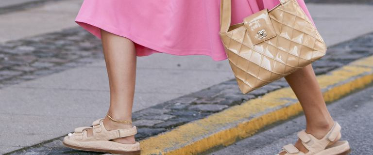 Wyprzedaż sandałów i klapków na naturalnych tworzywach! 27 przecenionych modeli
