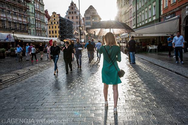 Piękna nieznajoma na wrocławskim rynku. Tuż po deszczu. 30 lipca 2015