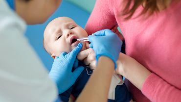 Rotawirus u niemowlaka czy starszego dziecka może być skrajnie niebezpieczny. Dzieje się tak, ponieważ ostra biegunka i brak uzupełniania płynów oraz elektrolitów może doprowadzić do odwodnienia.