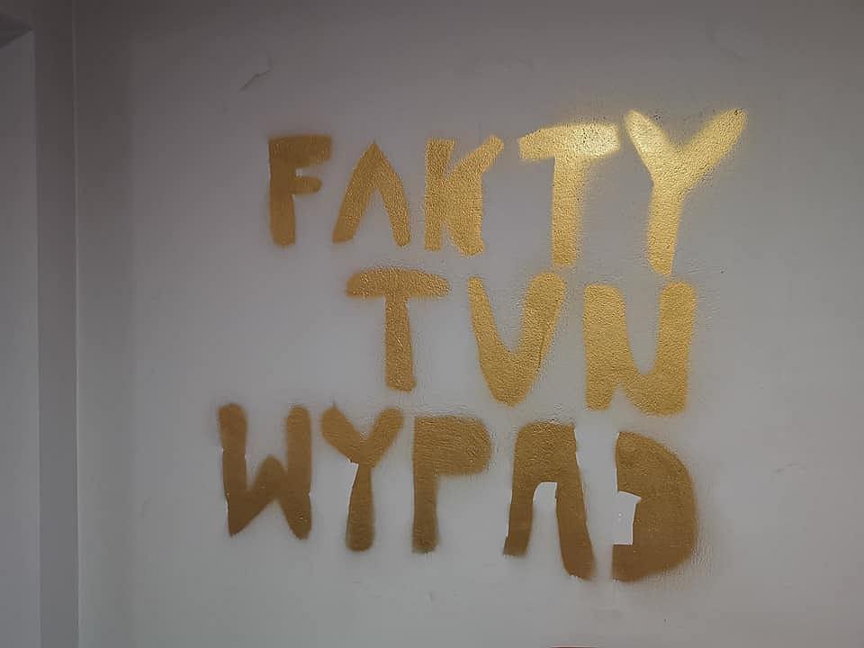 Zdemolowana redakcja magazynu 'Fakty' (fot. Facebook/Jarosław Adkowski)