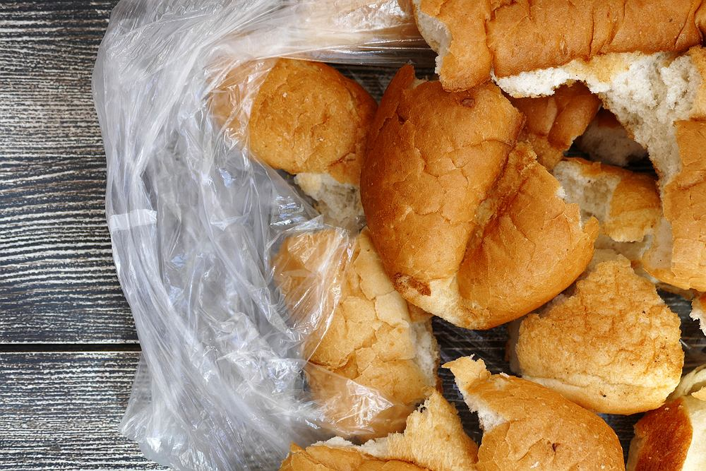Woda i piekarnik pomogą odświeżyć i chleb, i bułki.