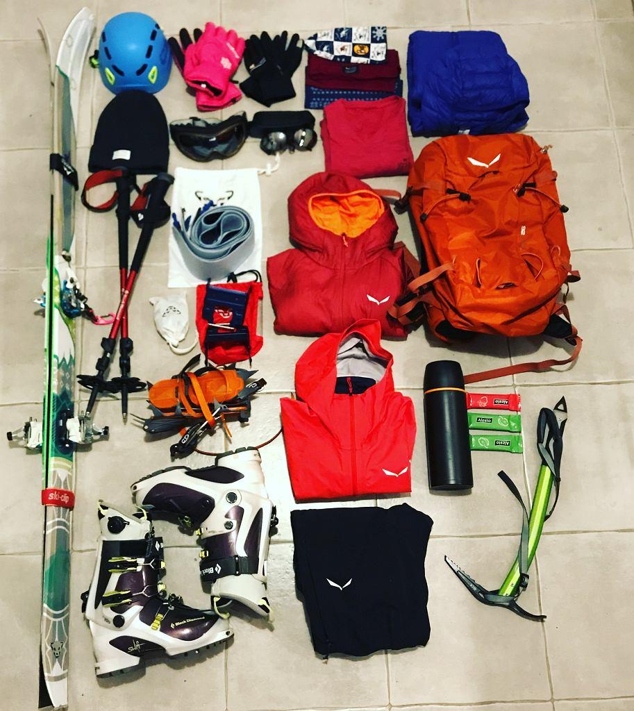 Wygodny plecak, kask, mapa, latarka, apteczka i dobrze dopasowane ubranie to górski zestaw minimum