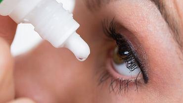 Krople do oczu najczęściej kupujemy w aptece bez recepty - sięgamy po krople nawilżające, czyli tzw. sztuczne łzy.