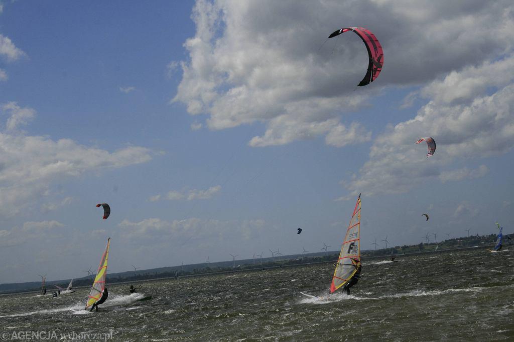 Kitesurferzy (zdjęcie ilustracyjne)