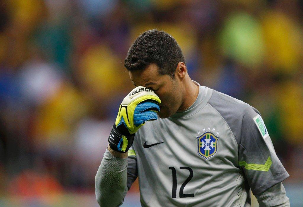 Julio Cesar, bramkarz drużyny Brazylii, z trudem ukrywa łzy porażki