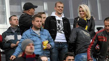 Kamil Grosicki (biała bluza) na meczu Pogoni Szczecin