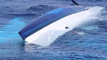 Zdjęcie tonącego jachtu Bennetta i Hellmann, zrobione przez straż przybrzeżną (USCG)