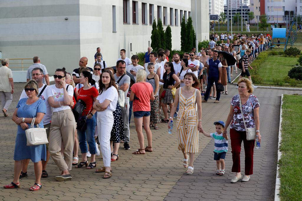 Kolejki do lokali wyborczych w Mińsku
