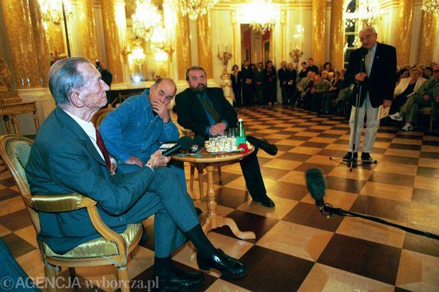 Jan Karski w 1999 r. w Warszawie. Obok siedzą: Jacek Kuroń i Waldemar Piasecki