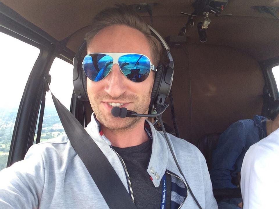 Zdjęcie numer 1 w galerii - Rozmawia z gwiazdami, lata do pracy helikopterem. Łukasz Jakóbiak o życiu pełnym sukcesów