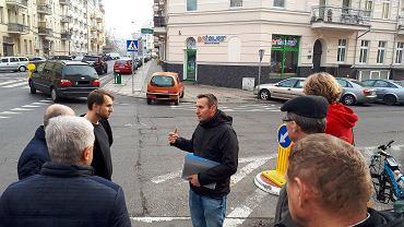 Radni i Marcin Charęza na skrzyżowaniu ulic 5 Lipca i Pocztowej. W tle auto zaparkowane na sugerowanym przejściu dla pieszych