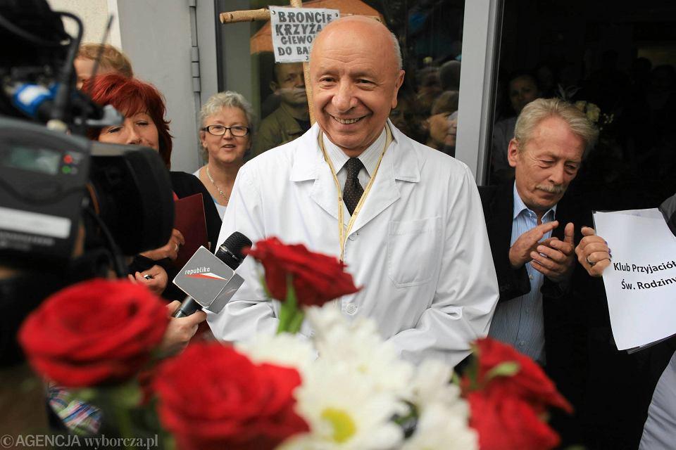 Prof. Bogdan Chazan przed szpitalem im. Świętej Rodziny w Warszawie podczas pikiety w jego obronie, 13 czerwca 2014 r.
