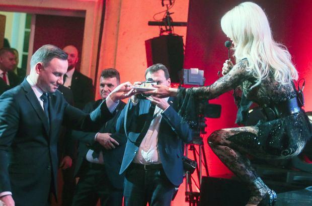 We wtorek odbyła się gala z okazji 25-lecia Super Expressu. Gwoździem programu było wręczenie tortu prezydentowi Andrzejowi Dudzie przez Dodę, której strój nie pozostawiał zbyt wiele dla wyobraźni.