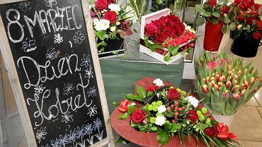 Fundacja Pomóż Im z okazji Dnia Kobiet wręcza mamom swoich podopiecznych kwiaty i prezenty