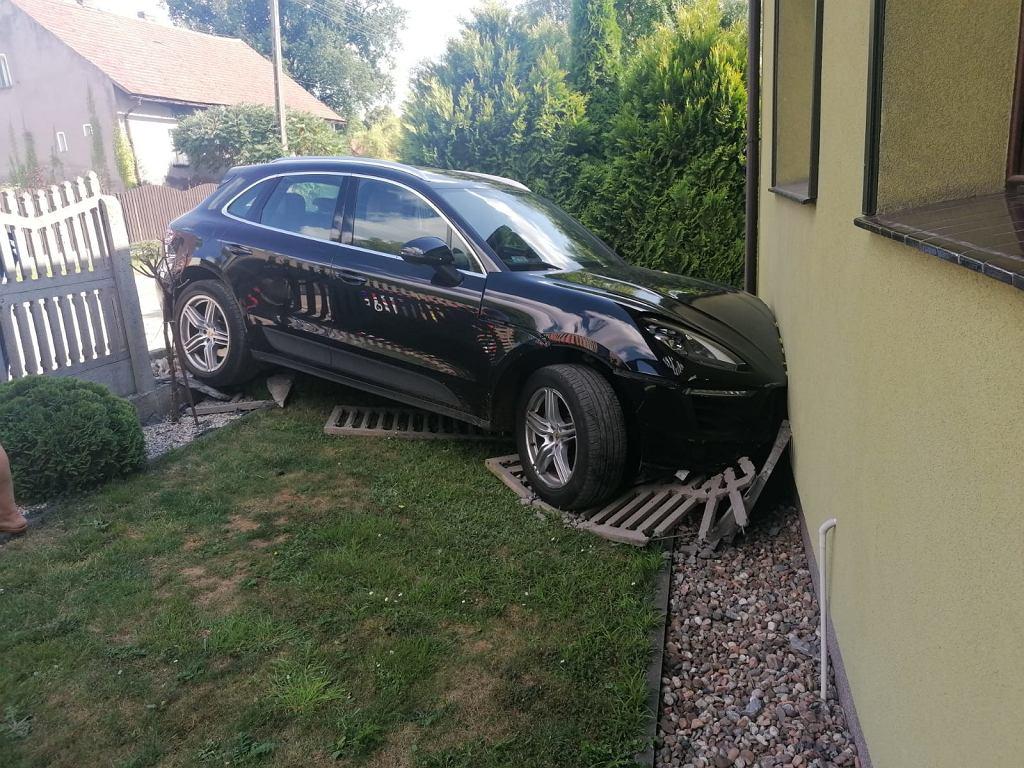 Wielkopolska. 5-latka potrącona przez babcię, która parkowała luksusowe auto