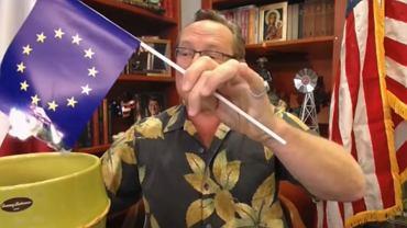 Wojciech Cejrowski podpalił flagę UE podczas nagrywania programu 'Minęła 20'