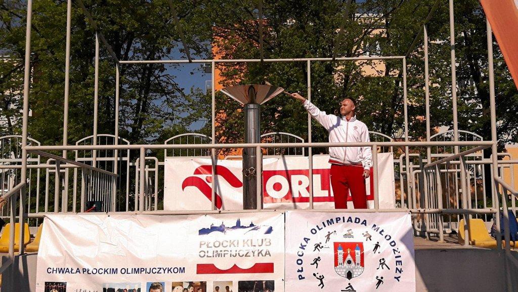 Znicz Płockiej Olimpiady Młodzieży zapalił wioślarz Bogdan Zalewski, uczestnik Igrzysk Olimpijskich w Atenach