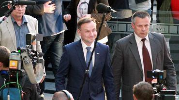 Andrzej Duda wchodzi do studia telewizyjnego przed niedzielną debatą.