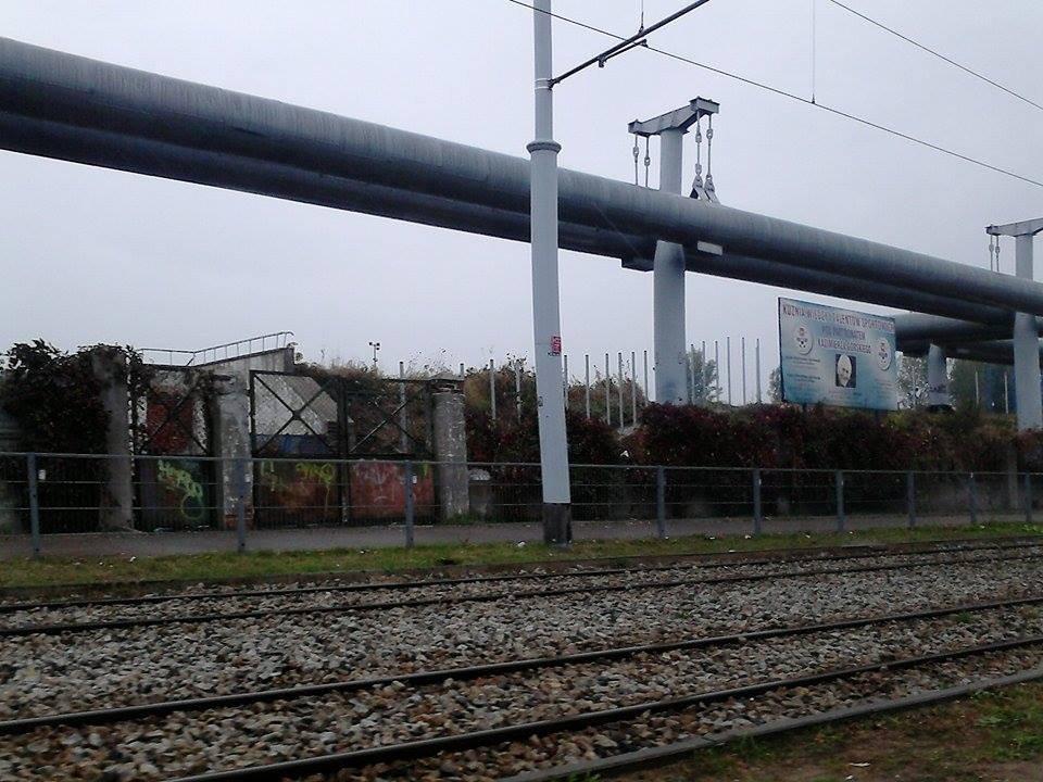 Budowa ogrodzenia na stadionie SMS przy ul. Milionowej. Postawiono już słupki, które będą trzymały siatkę