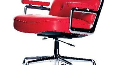 <B>Wygodny fotel przy biurku może nie zapewni sukcesów w pracy, ale zwiększy jej komfort. Powinien mieć regulowaną wysokość i dobrze wyprofilowane oparcie. Oto modele, które, naszym zdaniem, spełniają te warunki.</B> <Br>Obiekt kultowy Zaprojektowany w 1960 roku przez małżeństwo Charlsa i Ray Eamsów do lobby w Rockeffeler Center w Nowym Jorku. Składa się z trzech miękkich elementów połączonych ze sobą aluminiowymi profilami. Wysokość reguluje się za pomocą sprężyny pneumatycznej. W kolejnych latach powstały różne wersje tego fotela. Wszystkie mają wspólną cechę - są naprawdę komfortowe! Lobby Chair ES 104, 22 600 zł, Vitra/Atak Design