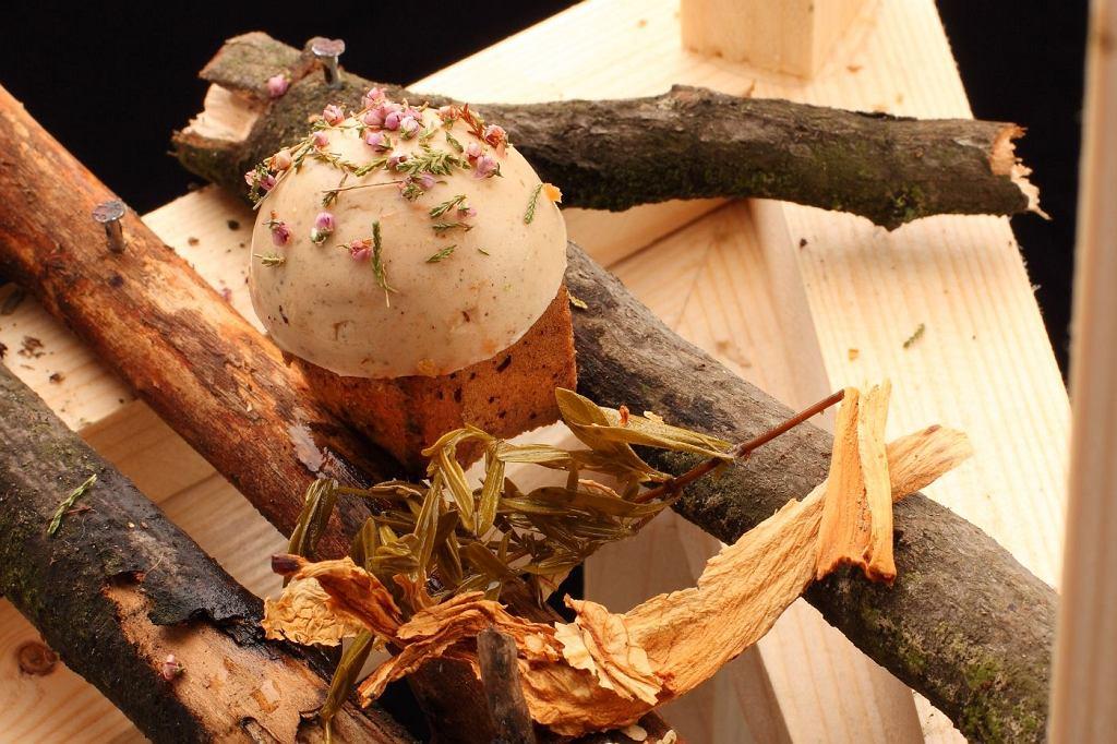 Tort z 'muchomora' na mące z grzybów shitake, turek i prawdziwków z masą cream carmel ze smardzów i orzechów z lukrem z mastyksu | Luiza Trisno Food Think Tank, fot. Jędrzej Stelmaszek