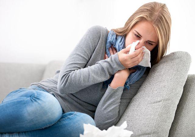 Wirusowy nieżyt nosa to zazwyczaj jeden z objawów rozwijającego się w organizmie przeziębienia