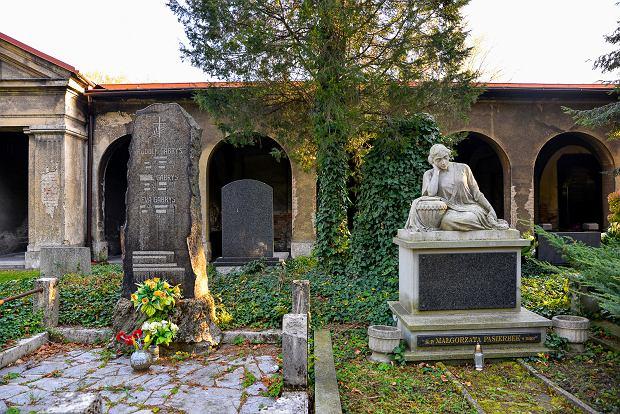 Zdjęcie numer 25 w galerii - 1 listopada w Bielsku-Białej. Kwiaty, wieńce i znicze na grobach [ZDJĘCIA]