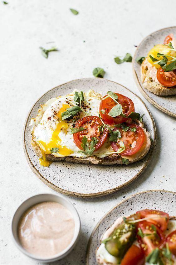 Kanapka z jajkiem i pomidorem to pomysł na klasyczne, pełnowartościowe śniadanie.