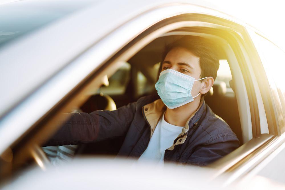 Czy trzeba nosić maseczkę w swoim samochodzie? Zdjęcie ilustracyjne
