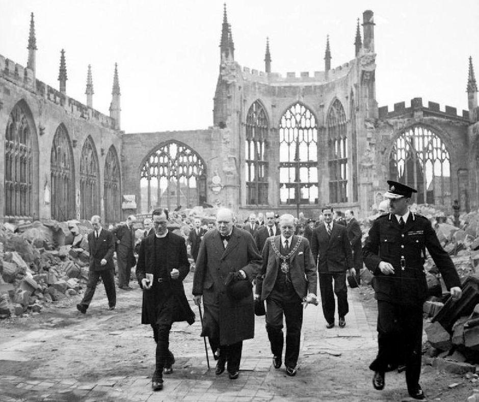 Winston Churchill wizytuje zniszczoną katedrę w Coventry, która stała się jednym z symboli dewastacji spowodowanej przez Blitz (fot. Horton (Capt) - War Office official photographer / public domain)