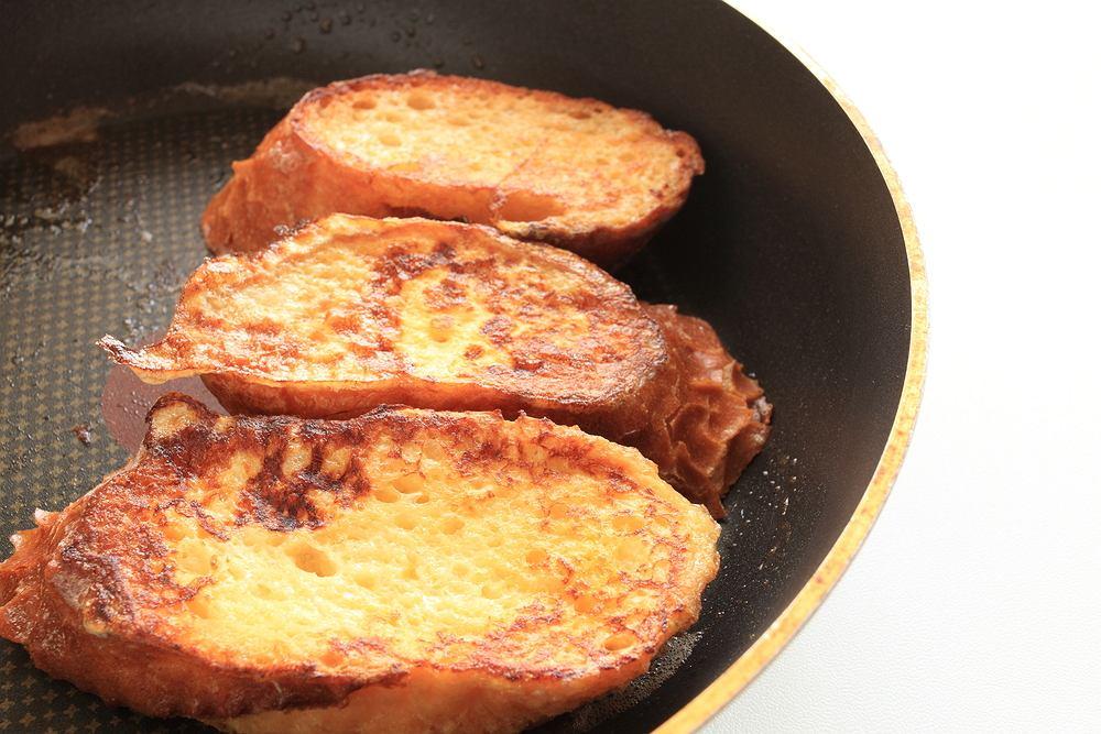 Chleb w jajku to przepis na śniadanie na ciepło dla całej rodziny. Zdjęcie ilustracyjne