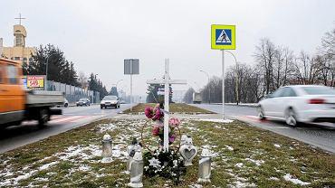 Ul. Krakowska w Rzeszowie. Na pasie zieleni przy przejściu dla pieszych, na którym zginął 27-latek stanął krzyż
